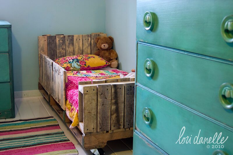 Make Your Own Dream Bed After Discovering These Pallet Furniture Ideas