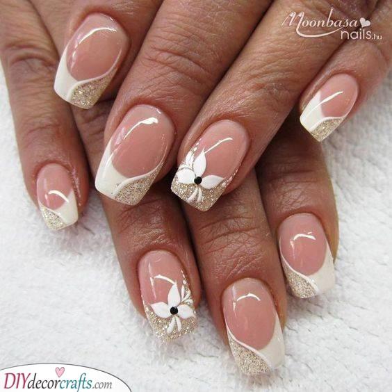 A Hint of Gold - Sparkling Bridal Nails