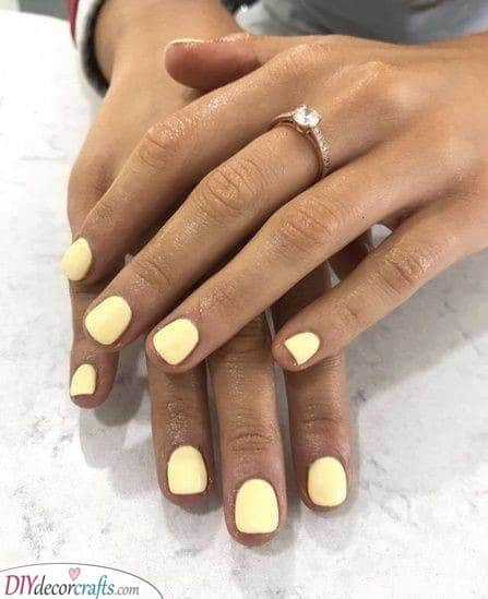 A Sunny Colour - Pale Yellow Nails