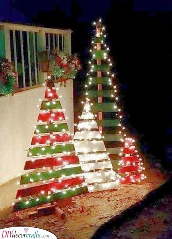 Pallet Wood - Easy Outdoor Christmas Decorating Ideas