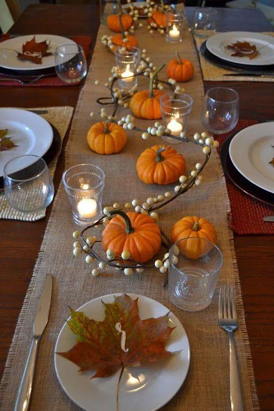 A Trail of Berries - Thanksgiving Table Decor Ideas